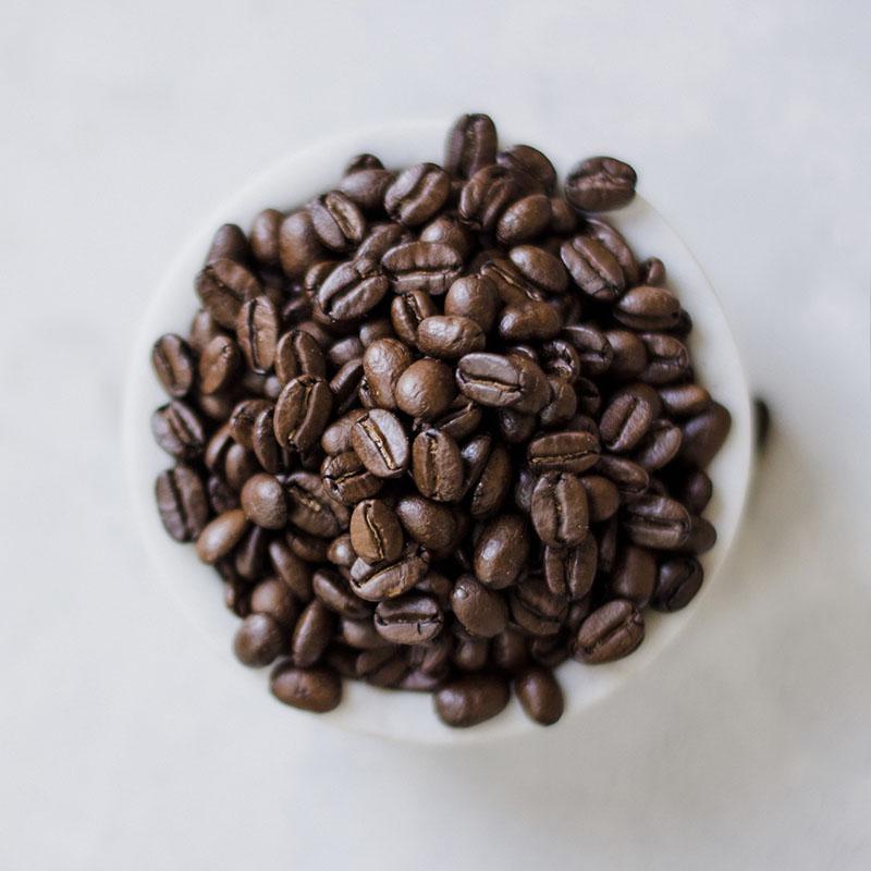kaffebønner i kaffekop fra oven